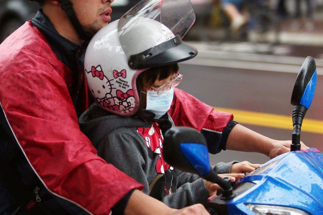 台灣老舊汽機車數量龐大,造成嚴重的空汙問題,許多小朋友不論坐機車或是走在路上都會...