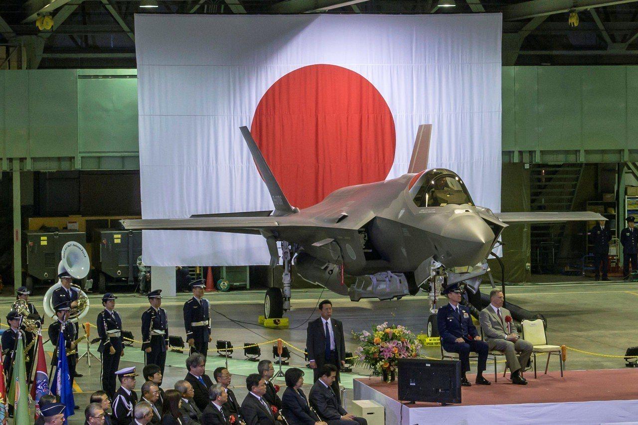 去年2月,日本航空自衛隊在青森縣三澤基地舉行儀式,歡迎首架F-35A加入服役,洛...