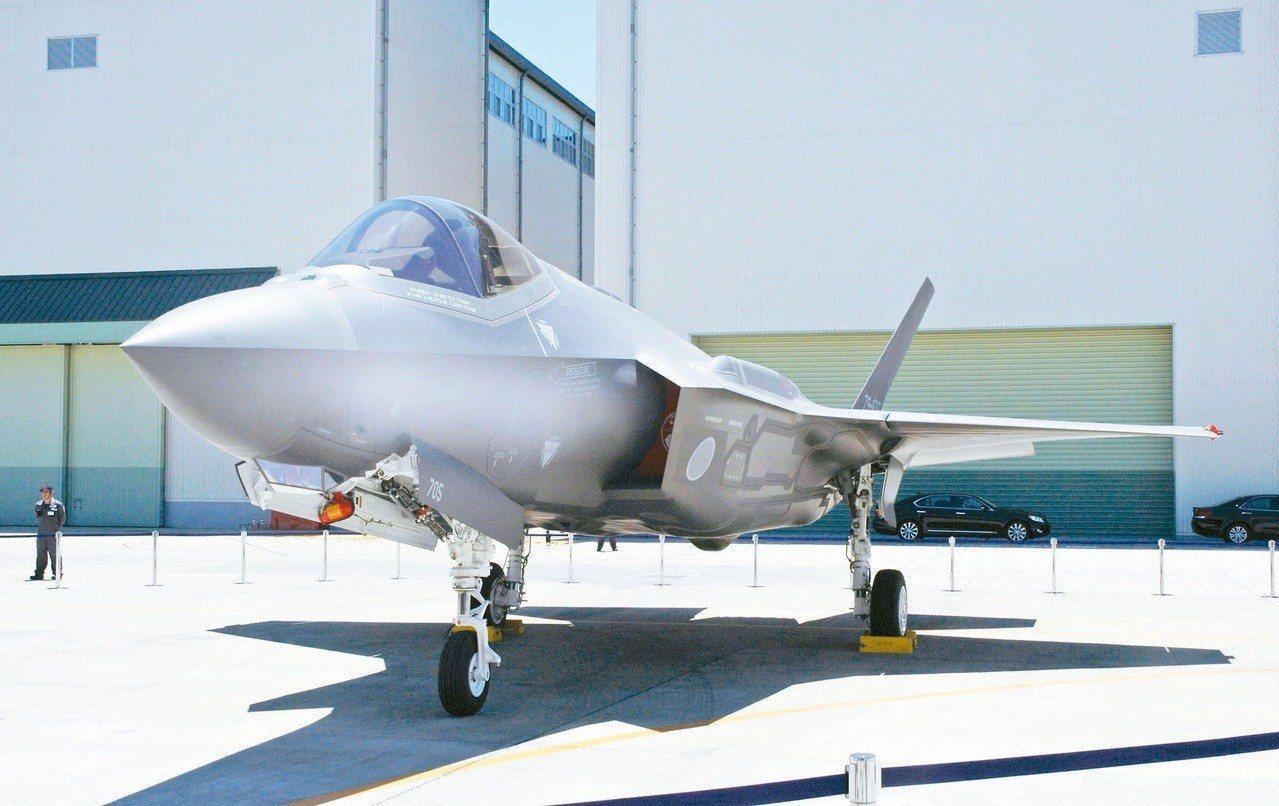 停放在三菱重工位於愛知縣豐山町工廠的日本自衛隊F-35A匿蹤戰機。 (路透)