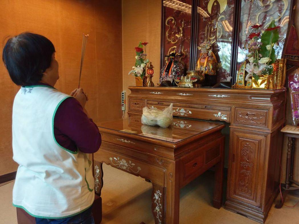 衛福部豐原醫院在三樓設立佛堂,供奉三尊神像,除了病患家屬與看護來參拜外,院內醫師...