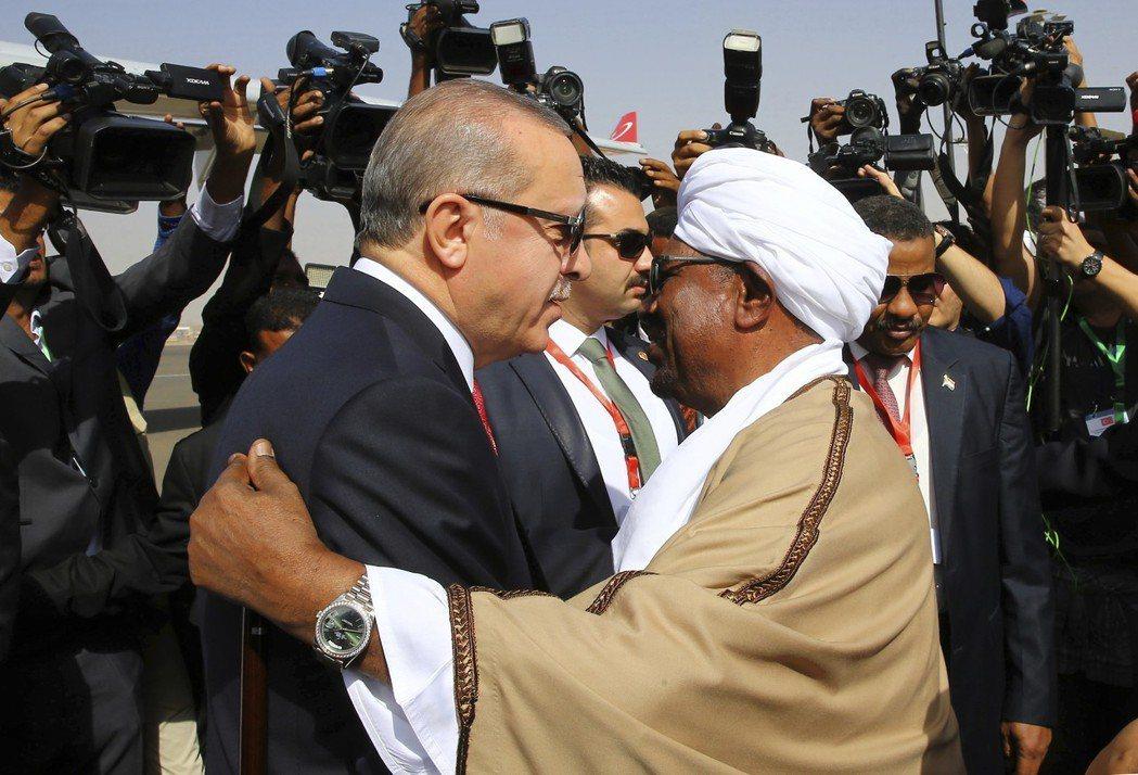 土耳其總統厄多安(左)2017年在喀土木與蘇丹總統巴席爾(右)會面。(美聯社)