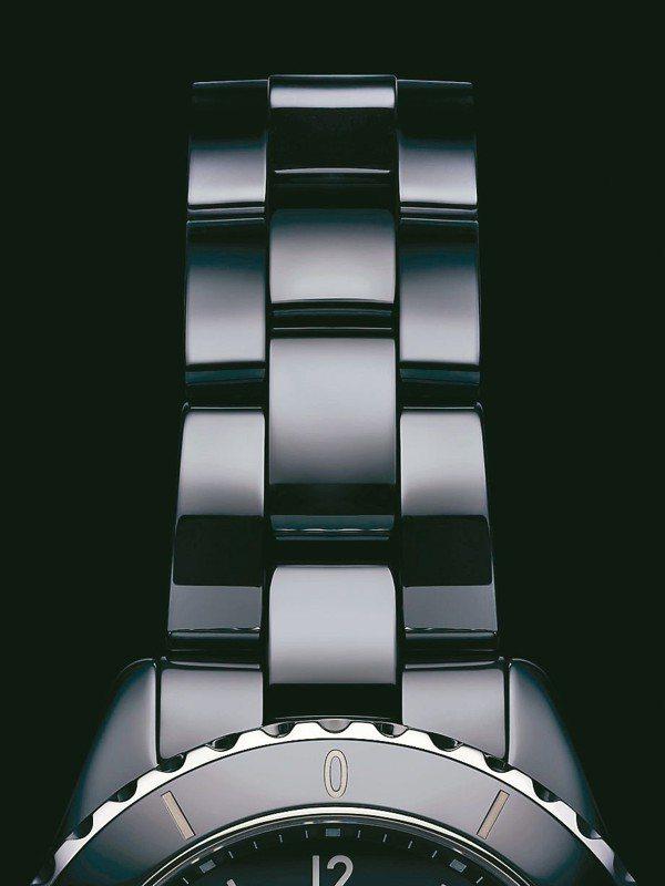 全新J12的陶瓷表帶變得比較細長,增加配戴舒適感。 圖/香奈兒提供