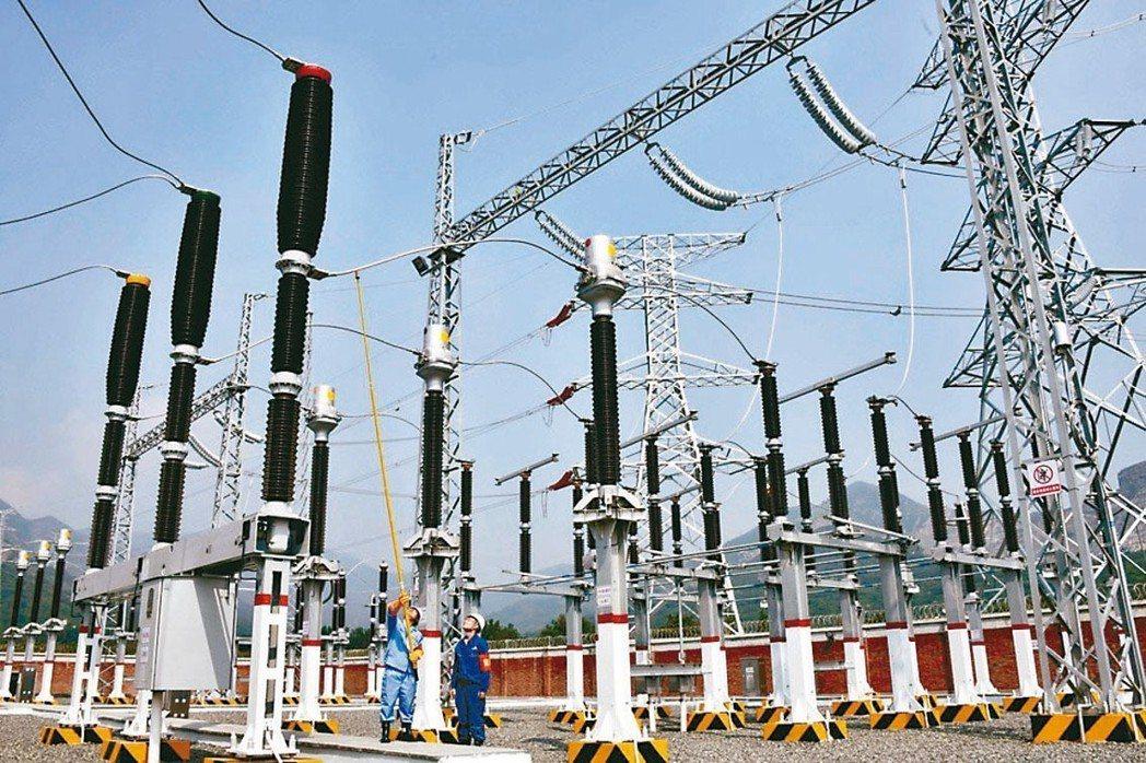 公用電力事業獲利穩健,專家建議納入配置。 本報系資料庫