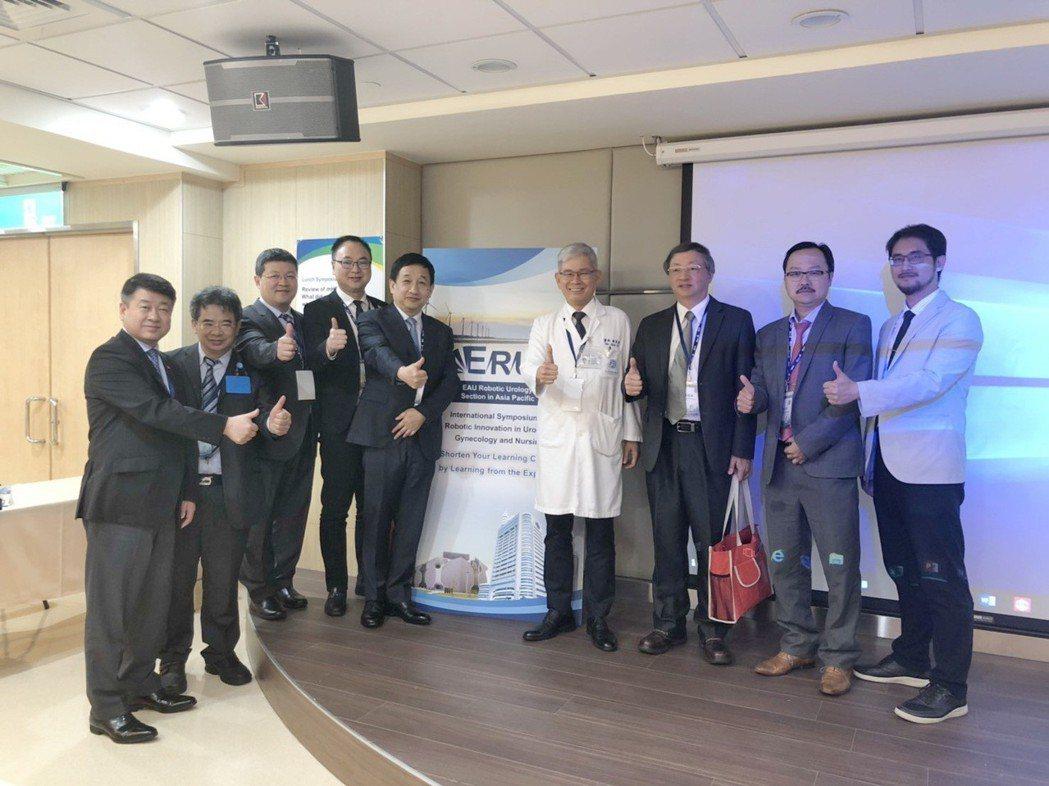 歐宴泉副院長(右四)與參加本次活動的國內外醫界專家合影。 童醫院/提供