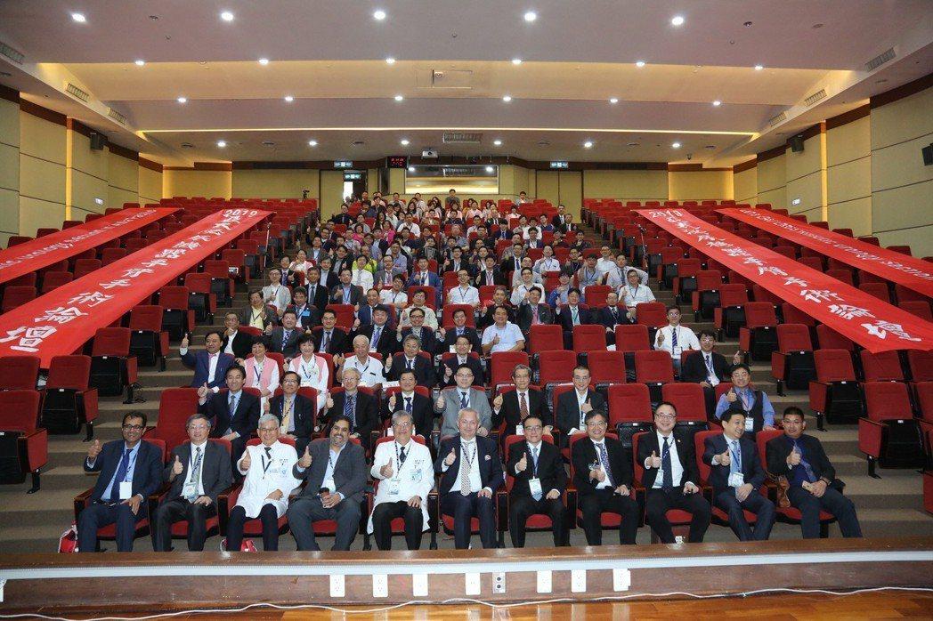 童醫院院長李三剛(前排左五)與國內外醫學界泰斗合影。 童醫院/提供