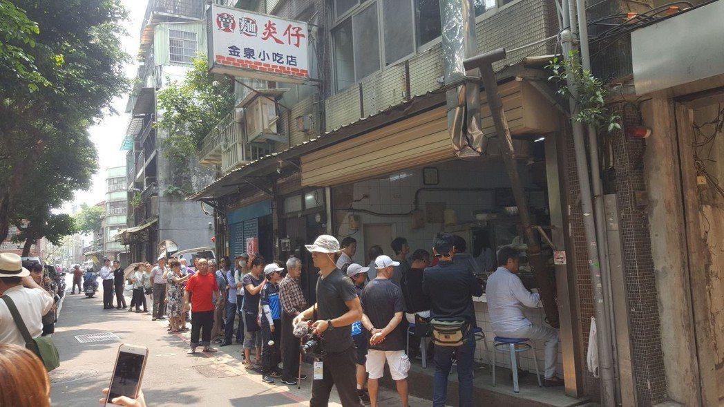 賣麵炎仔小吃店吸引人氣 劉立諭/攝影