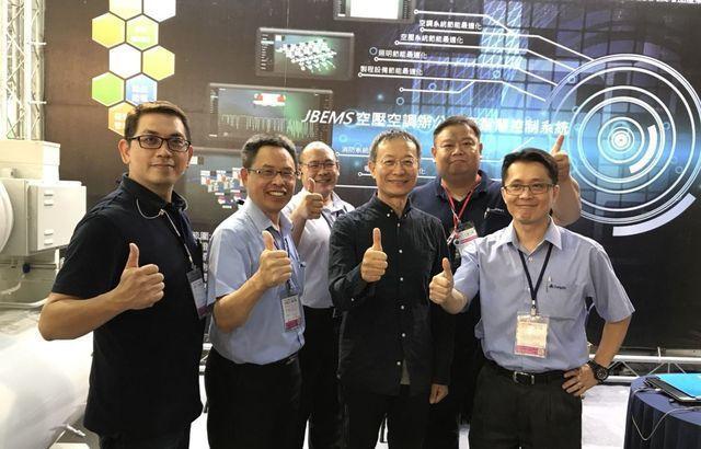 康普艾公司總經理邱文禮(左二)率領節能專業團隊續攀高峰。 康普艾/提供