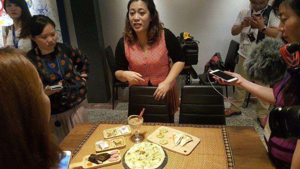 Muskun Bar一起吧原住民餐廳老闆娘阿冰解說原住民特色美食  劉立諭/攝影