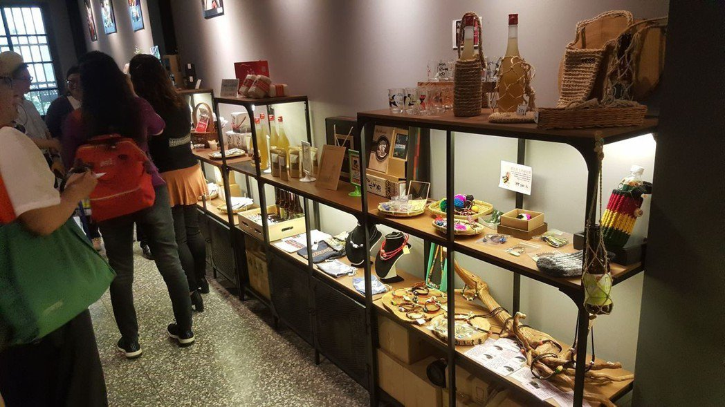Muskun Bar一起吧原住民餐廳有各式原住民藝品及美食   劉立諭/攝影
