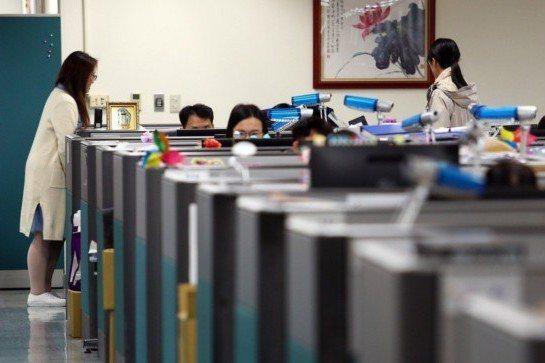 主計總處今(12)日公布2月薪資統計,全體受雇員工經常性薪資為41,187元,年...