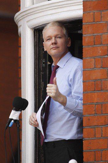 維基解密創辦人阿桑吉2012年8月在厄瓜多駐英國大使館陽台發表談話。(美聯社) ...