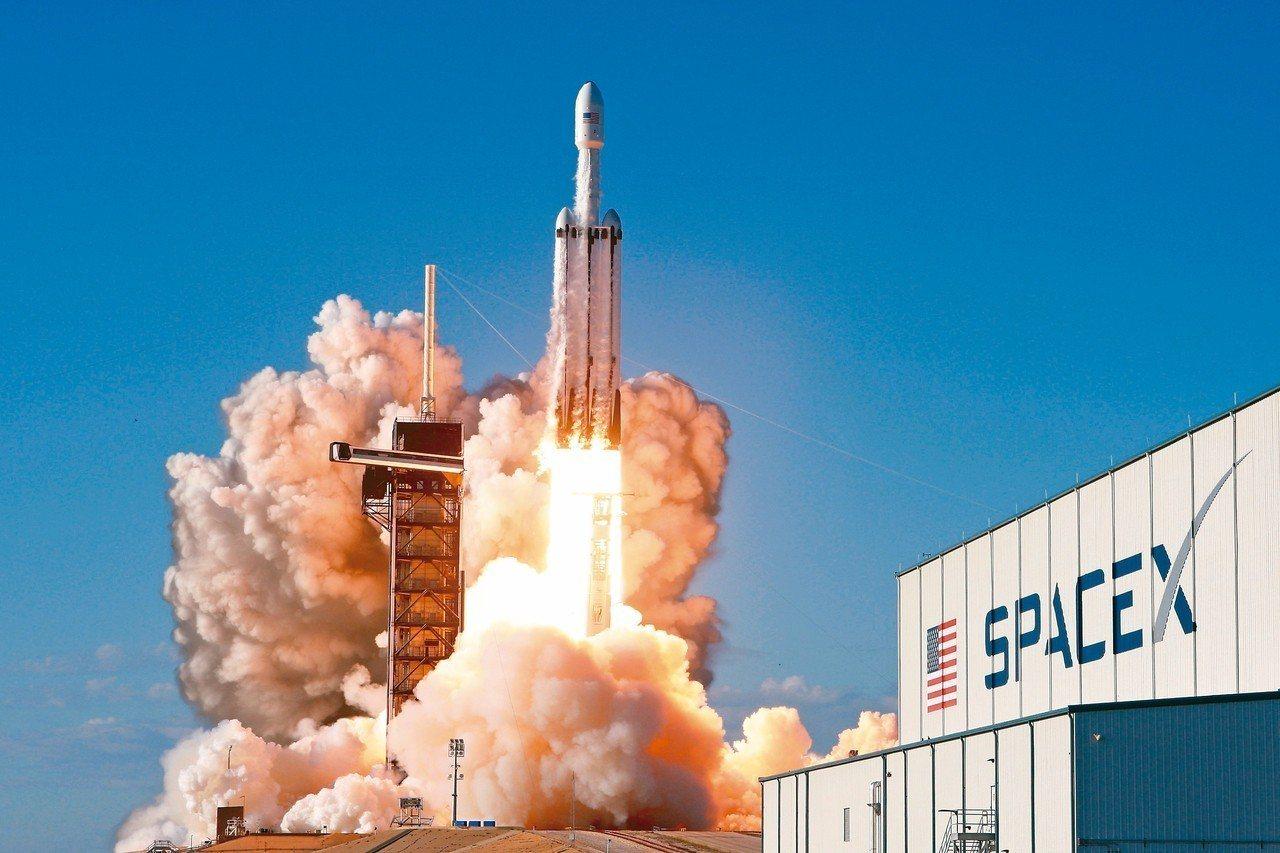SpaceX公司的獵鷹重型火箭,11日自美國佛羅里達州升空,執行首趟商轉任務。 ...