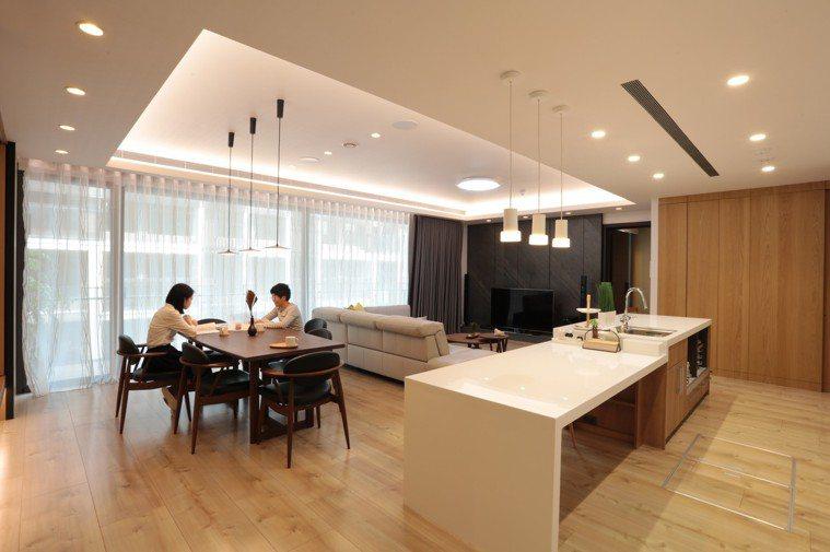老後的家,不論地板還是牆壁,盡量以素色、淺色或天然色系為主。圖摘自《後半輩子最想...