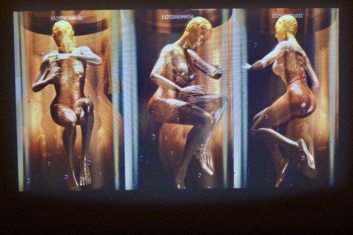 「夏娃克隆創造計畫III」邀請觀眾戴上混合實境MR裝置,將「夏娃克隆」從草圖到數...