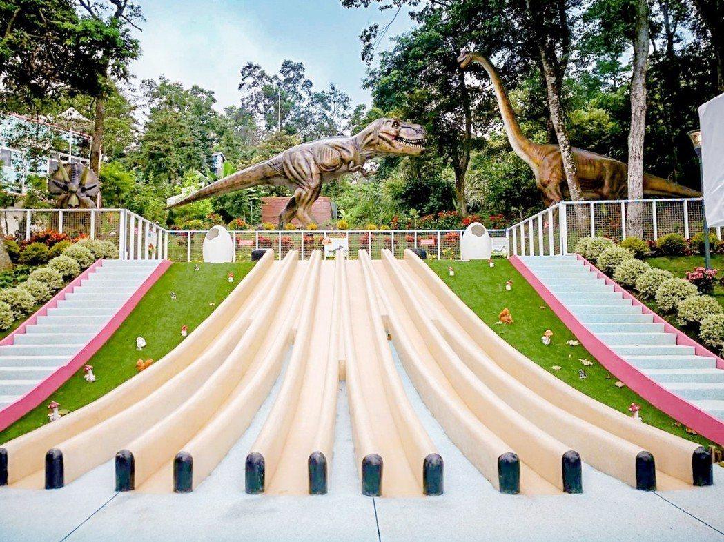 六軌道森林溜滑梯有許多生動有趣恐龍裝置,彷彿探險於侏羅紀公園中。 蘇維拉莊園/提...