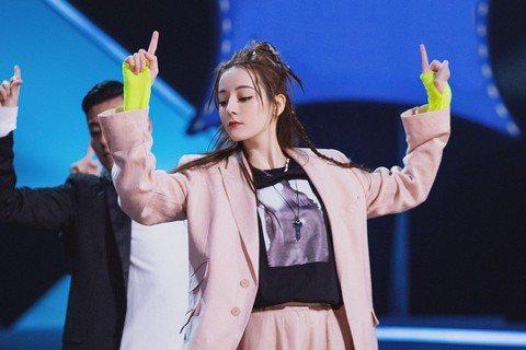 大陸新生代女神迪麗熱巴擔任選秀節目「創造營2019」發起人,首次跳戰男團舞,穿起粉色大西裝跳起主題曲「喊出我的名字」舞蹈,又帥又甜!迪麗熱巴自小學舞蹈,體態自然不差,不過新編男團舞卻還是首次挑戰,她...