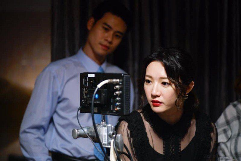 台灣第一齣政治職人劇《國際橋牌社》側拍照。 圖/取自《國際橋牌社》