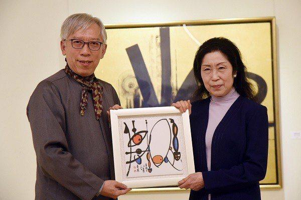 國父紀念館館長梁永斐(左)致贈紀念品給藝術家伊藤紫虹。 國父紀念館/提供