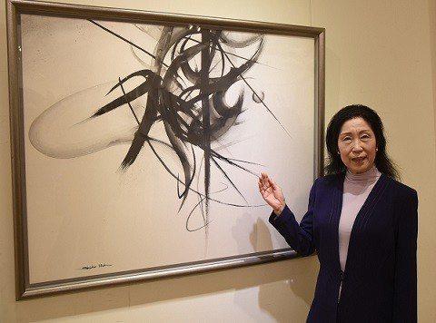 藝術家伊藤紫虹與作品合影。 國父紀念館/提供