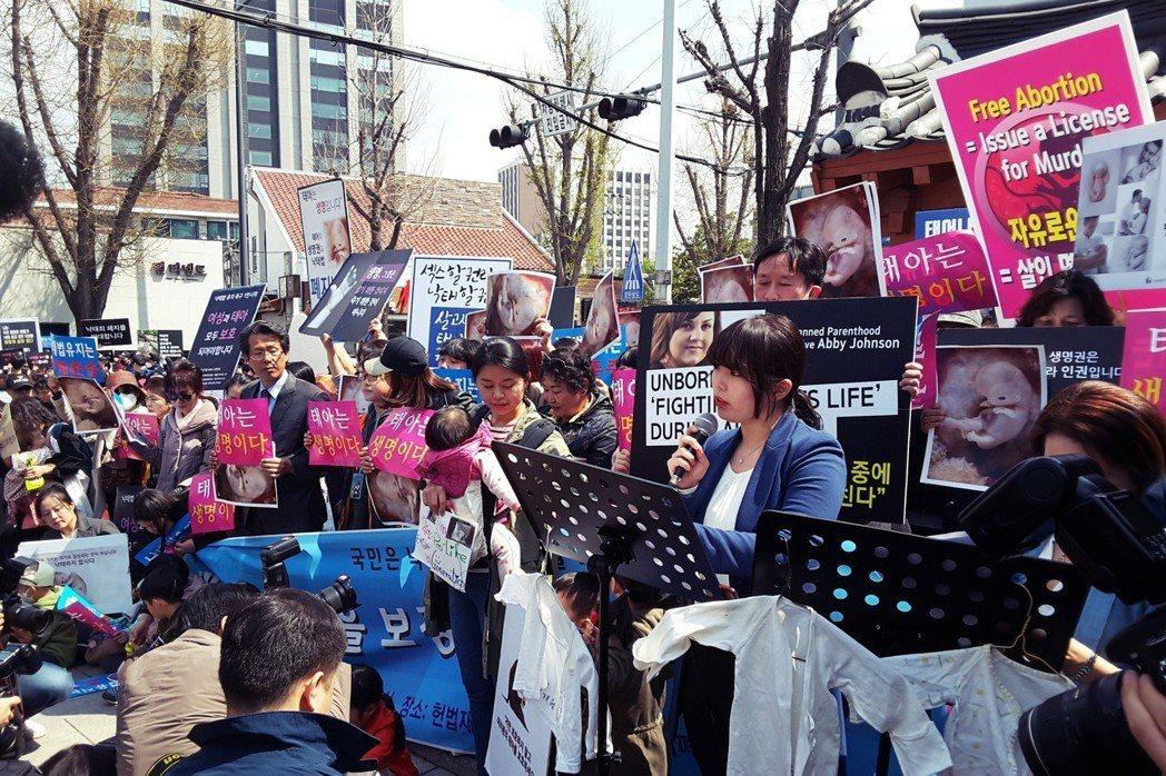 「不管有多麼現實的理由或辯解,胎兒都是高貴的生命…」20歲的慶熙大學法學系學生洪...