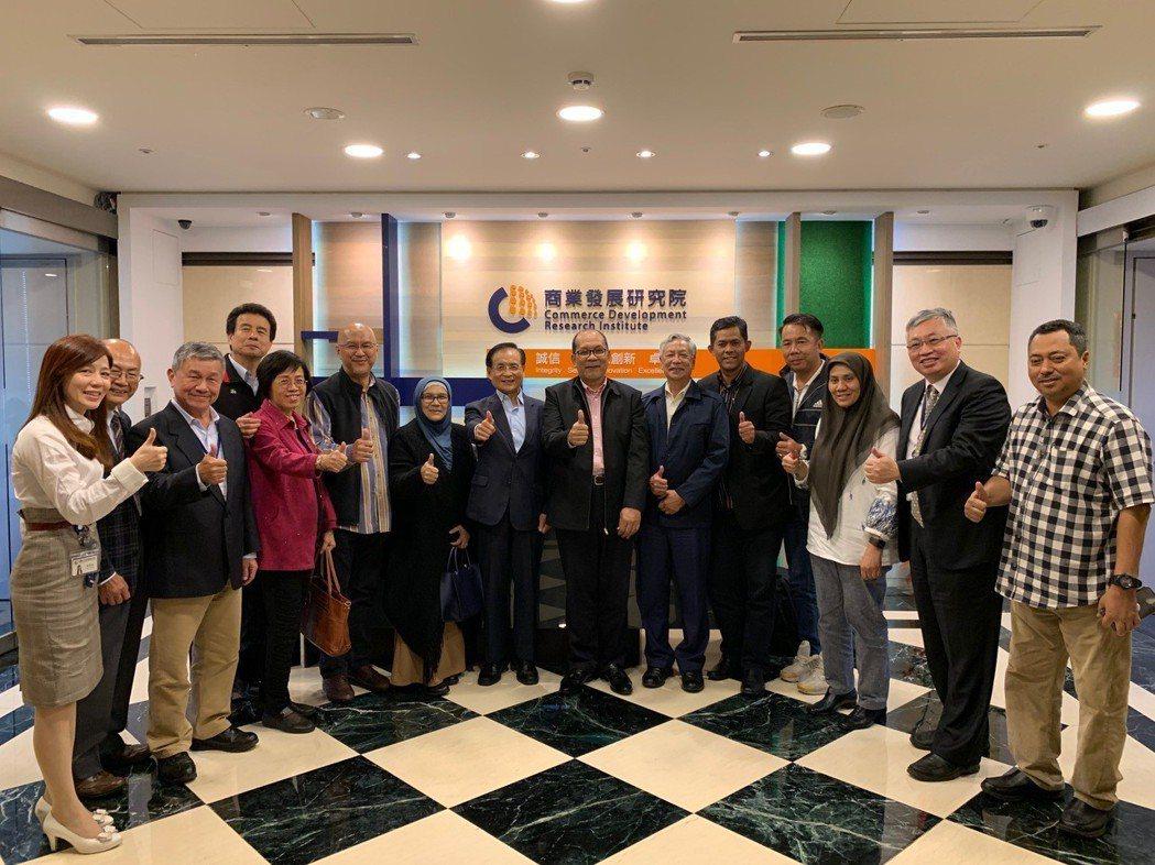 馬來西亞雪蘭莪州代表團首站造訪商研院,由董事長許添財(右八)親自接待團員。 商研...