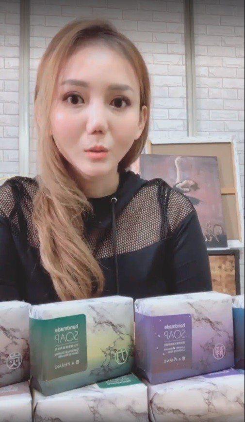 劉喬安因吸毒鼻中膈穿孔,整形面貌讓人認不出。圖/擷自臉書