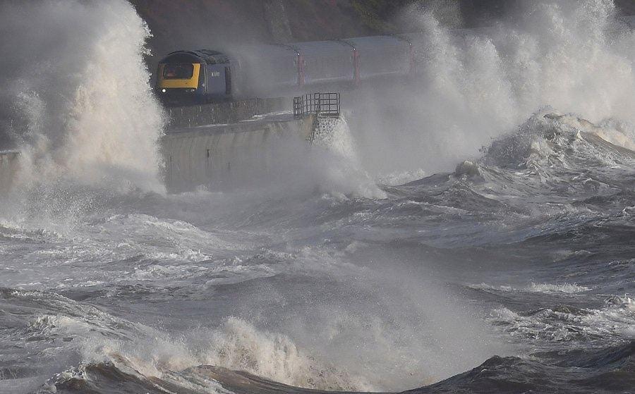 道利什鐵路沿海而建,列車經過時常被巨浪拍打。(「Seref Sezgin」Twi...