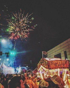 艋舺青山祭因其多元的宗教內涵與文史背景,讓年輕族群得以不同面貌認識台北廟會 (圖...
