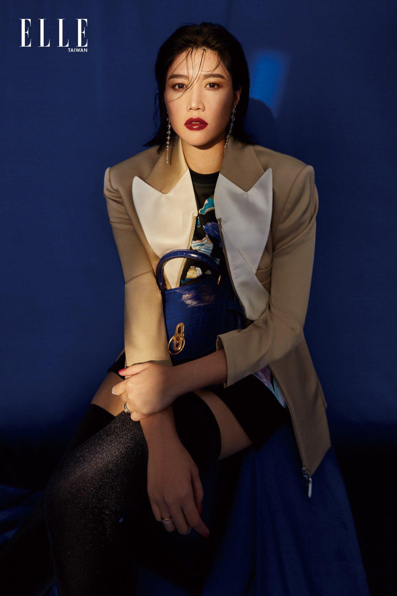 夾克、印花上衣、皮質短裙(ALL BY LOUIS VUITTON);絨面襪靴(...