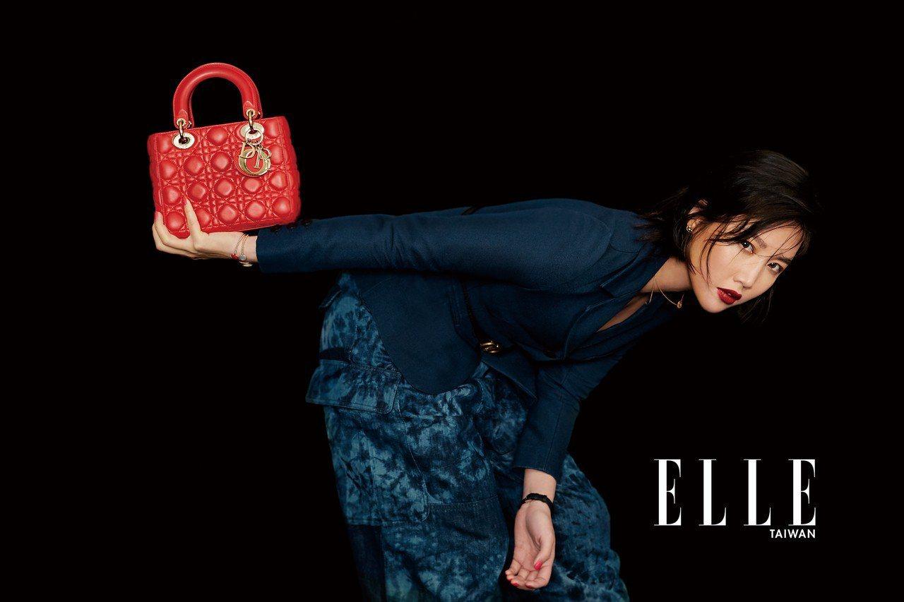 藍色絲質夾克、印花丹寧長褲、Logo腰帶、Lady Dior紅色提包、羅盤玫瑰耳...