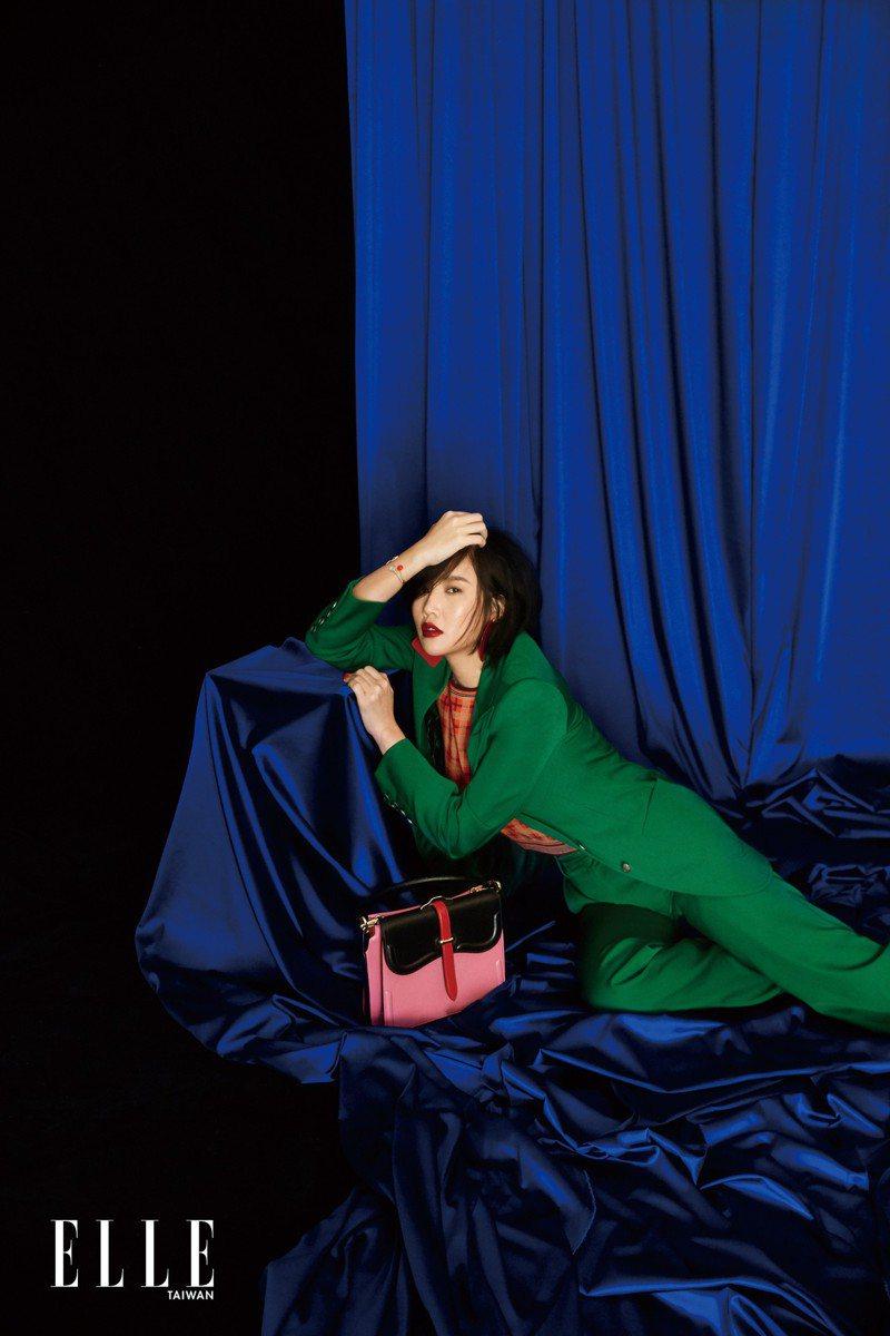 綠色西裝外套、格紋針織背心、綠色西裝長褲(ALL BY GUCCI);紅色幾何耳環(MULBERRY);羅盤玫瑰珍珠母貝手環、羅盤玫瑰紅色真漆手環(BOTH BY DIOR);拼接提包(PRADA)