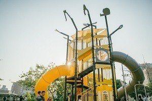 緊鄰赤峰街的建成公園,遊具融入當地打鐵街在地文化特色,不同高度的滑梯設計,提供小...