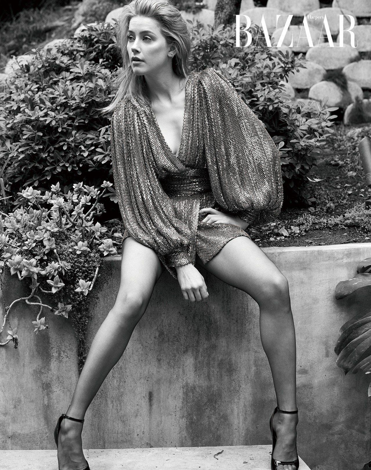 洋裝,Celine by Hedi Slimane;絲襪、高跟鞋,Saint L...