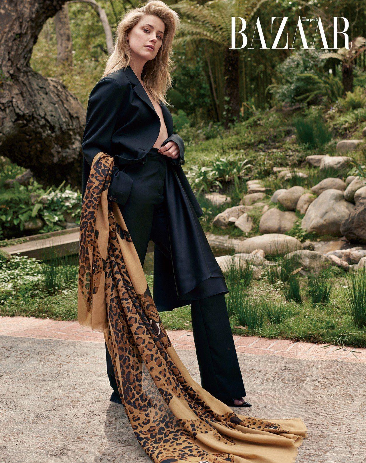 外套、裙、長褲、鞋,Rochas。圍巾,私人提供