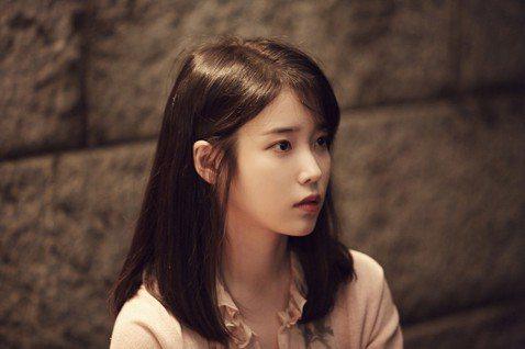 南韓甜美女神IU接演Netflix「女孩,四繹(Persona)」,她日前接受挑戰一邊做手工藝一邊快問快答,被問到當歌手與演員,有何不同時,她說:「當歌手站在舞台上時,一首4分鐘的歌曲,就是要一氣呵...