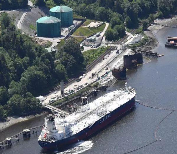 中國去年購買加拿大西部原油創下歷史最高記錄,溫哥華港平均每個月都有一艘油輪開往中...