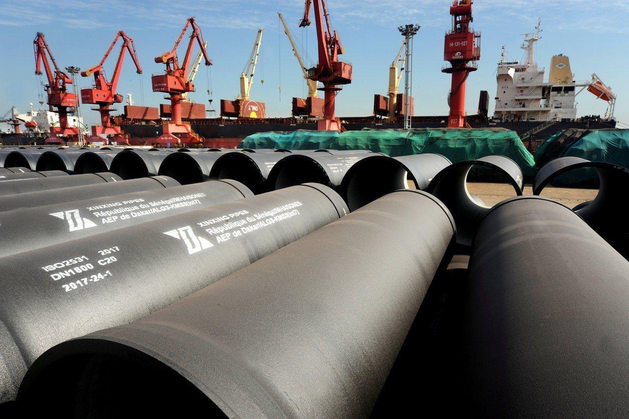 在中國江蘇連雲港準備出口的鋼管。 路透