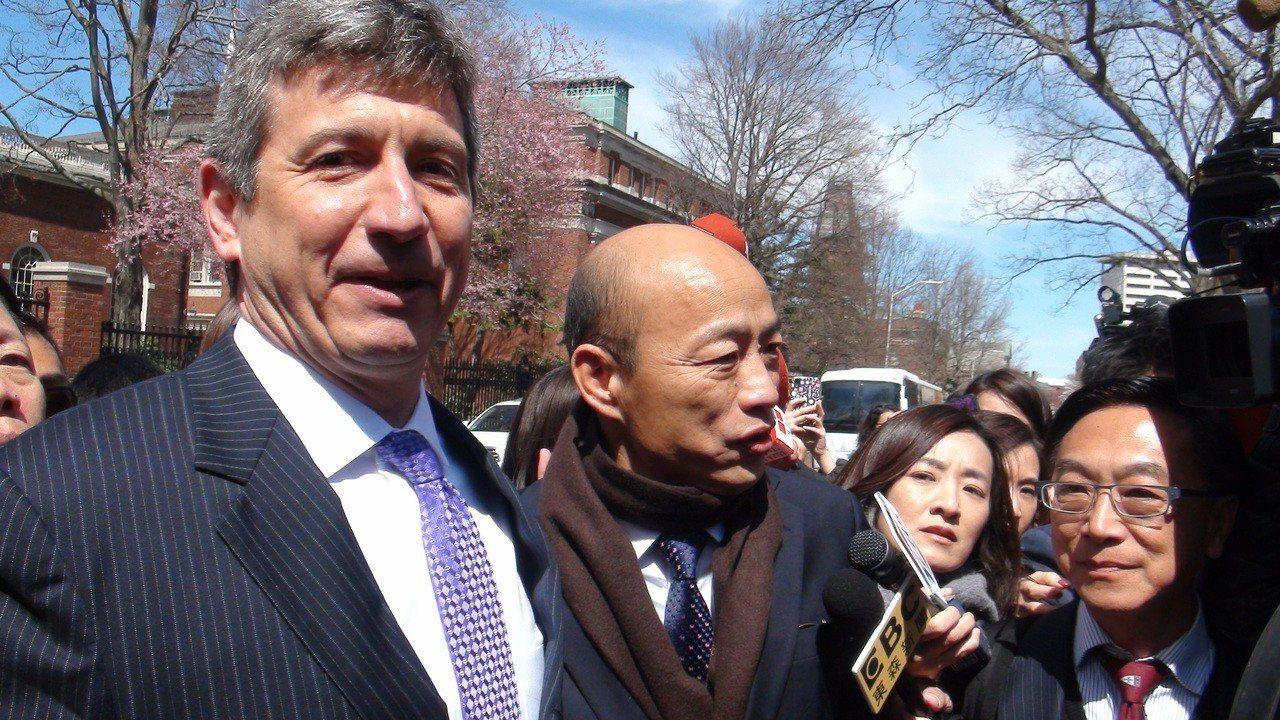 高雄市長韓國瑜(左二)美東時間11日下午到哈佛大學參加閉門式演講,哈佛大學費正清...