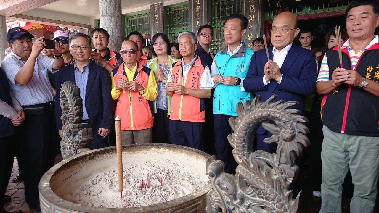 行政院長蘇貞昌在廟前上香祈福。記者卜敏正/攝影