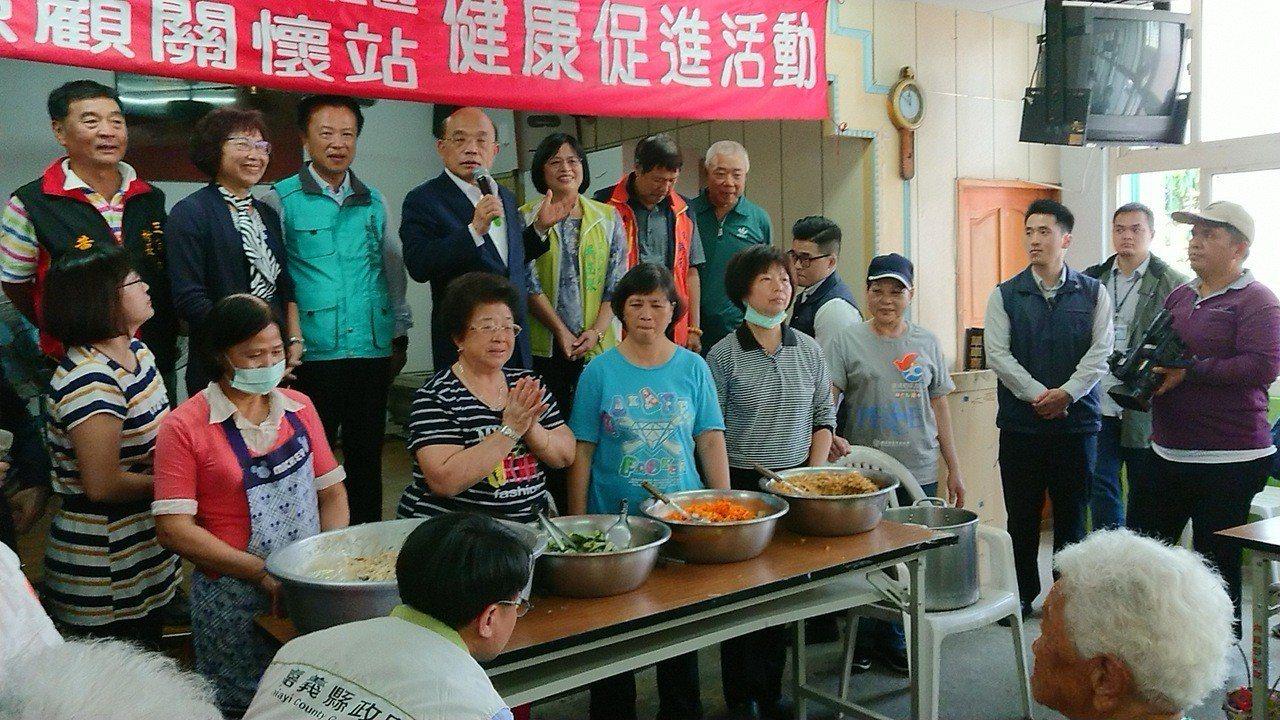 行政院長蘇貞昌在老人食堂,向長輩宣布同意嘉義縣多項補助申請。記者卜敏正/攝影