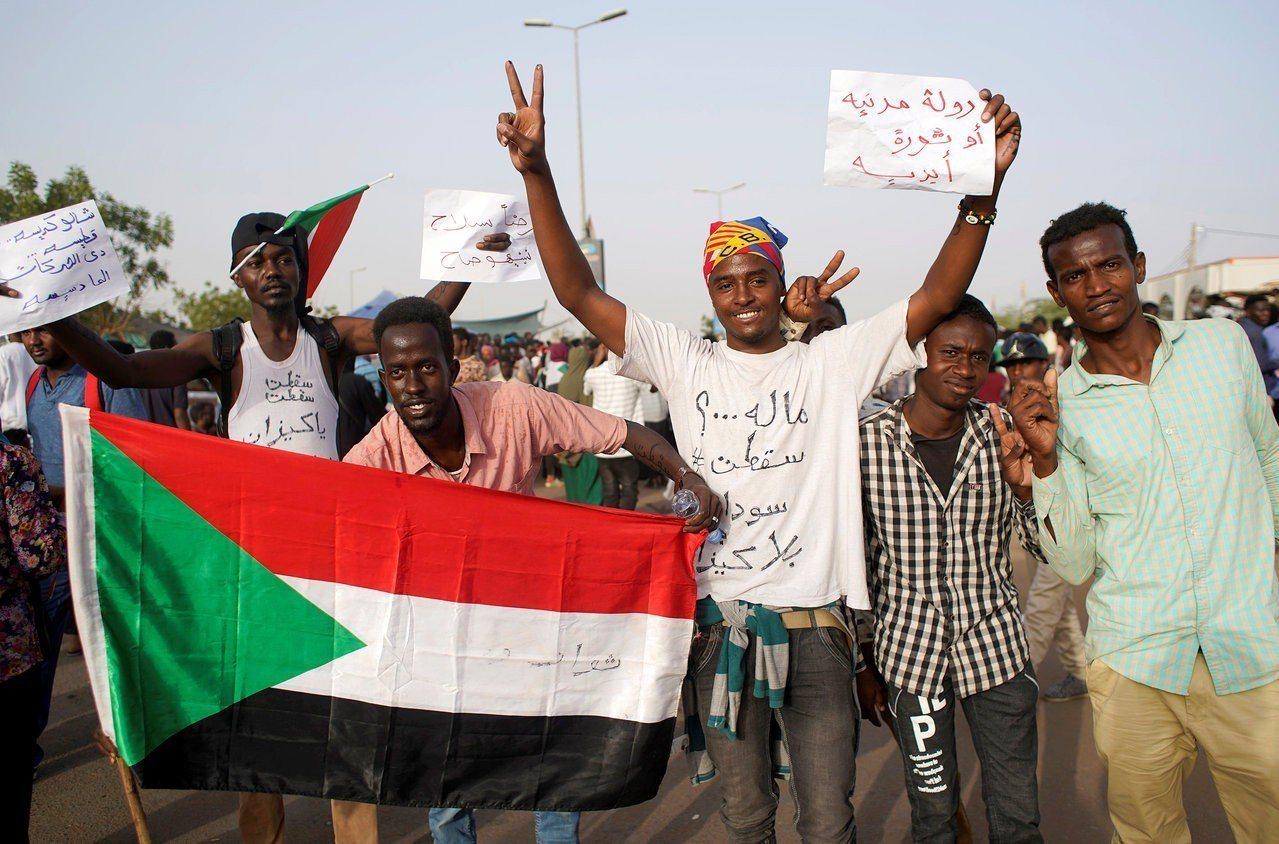 蘇丹11日發生軍事政變,在位30年的總統巴席爾(Omar al-Bashir)遭...