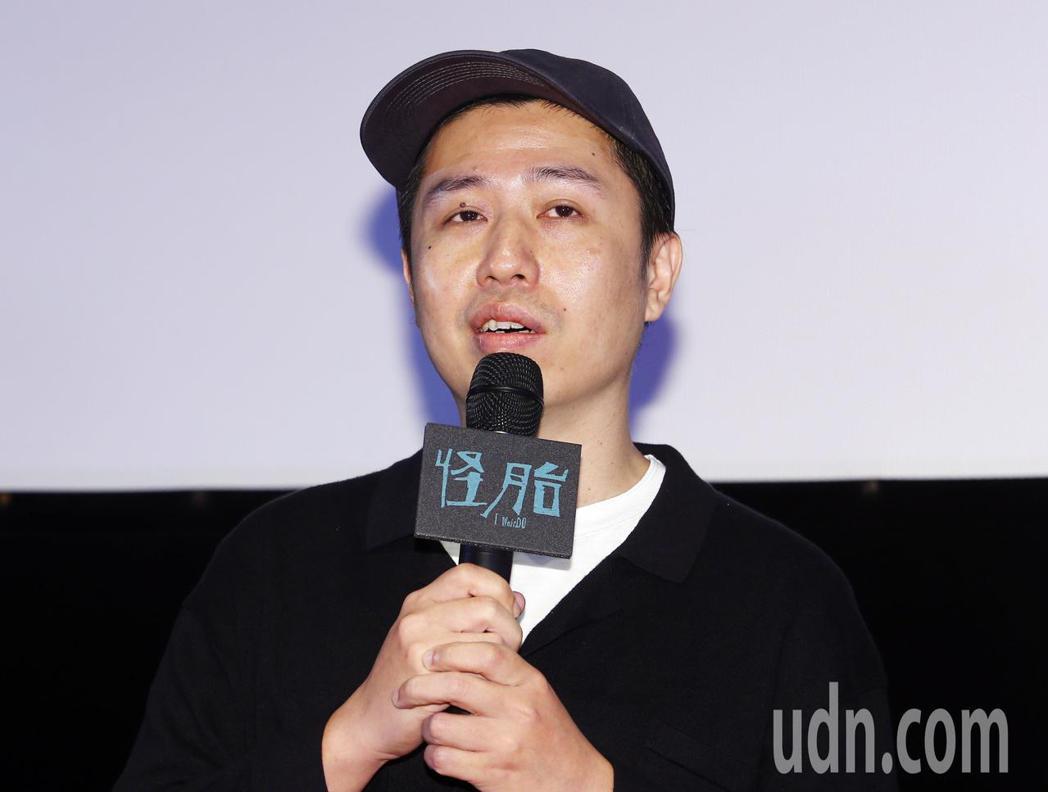 《怪胎》廖明毅在記者會上說明以iPhone拍攝電影困難的地方。記者杜建重/攝影