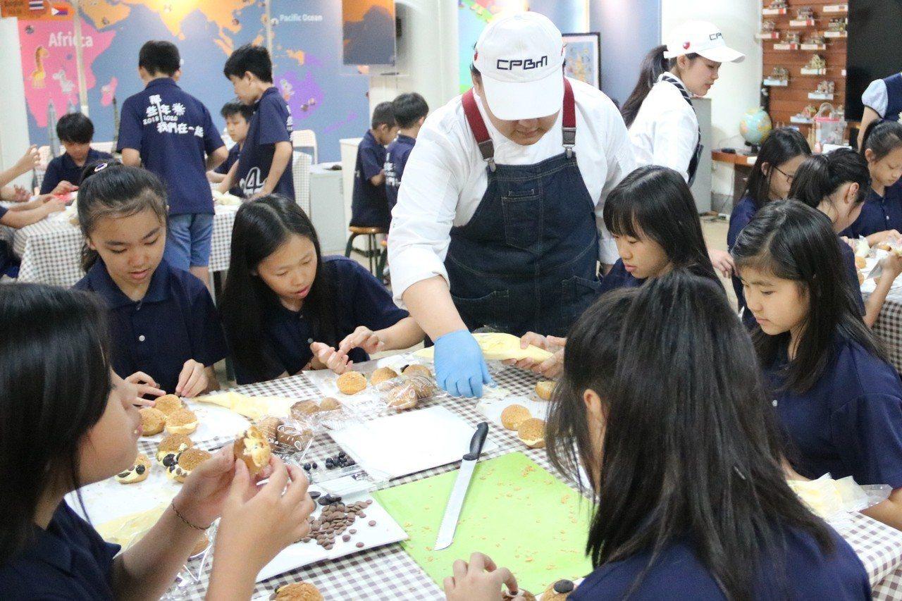 弘光科大烘焙得獎選手到上石國小教學童製作泡芙。記者余采瀅/攝影