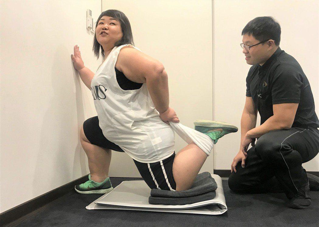 廖慧珍(左)在教練指導下進行拉筋暖身。圖/艾迪昇傳播提供