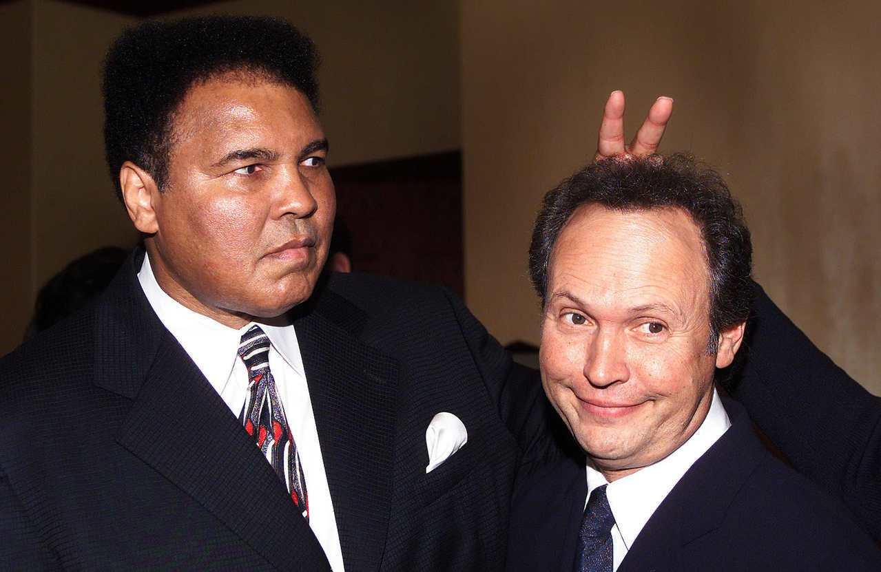 拳王阿里(左)與喜劇演員比利克里斯托(右)為40多年好友。拳王阿里在2000年與...