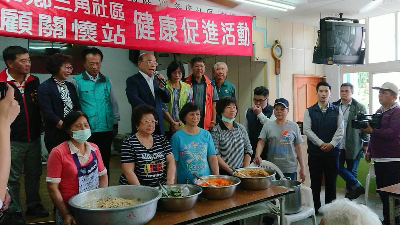 行政院長蘇貞昌在老人食堂,向長輩宣布同意嘉義縣多項補助。記者卜敏正/攝影