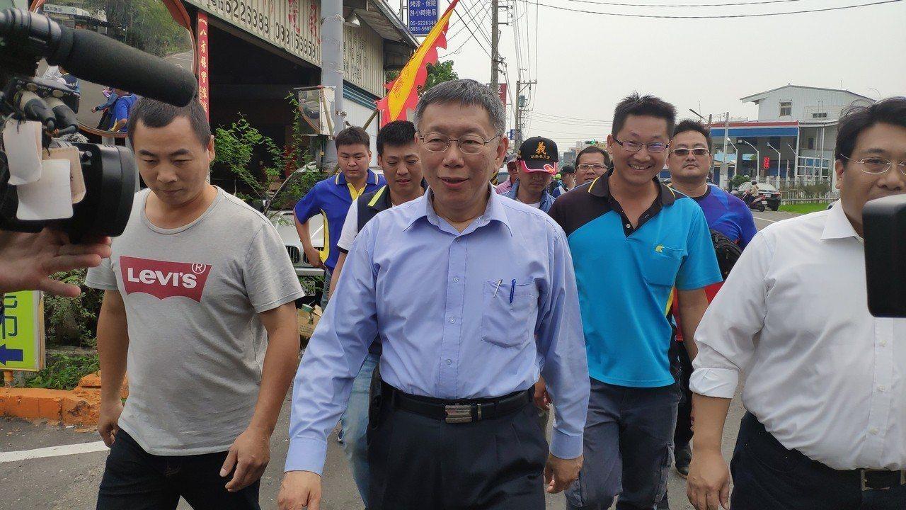 台北市長柯文哲(左二)今天繼續他的媽祖遶境行程。記者李京昇/攝影