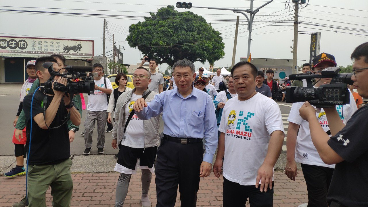 台北市長柯文哲(中)稍早在虎尾中正國小前廣場稍作休息。記者李京昇/攝影