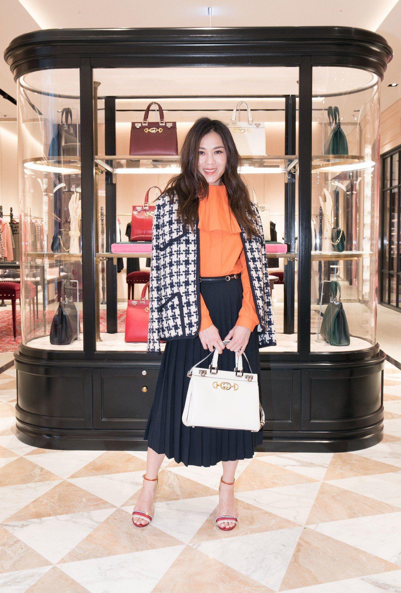 蔡健雅身穿Gucci 2019春夏服裝,搭配全新 Gucci Zumi白色提包。...
