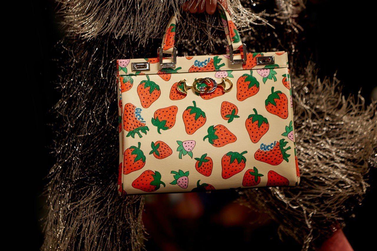可愛的草莓圖騰款(價格店洽)。圖/Gucci提供
